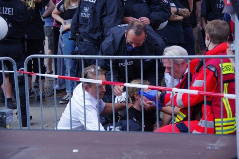 Erste-Hilfe-Maßnahmen für Hamburger Polizistin durch die beiden Ärzte Bodo Schiffmann und Heiko Schöning von Ärzte für Aufklärung