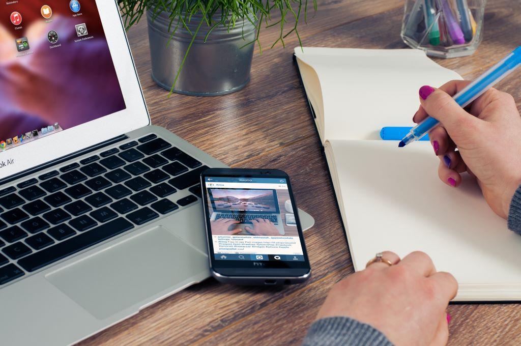 dieBasis - Kontakt - Schreibtisch mit Notebook - Smartphone - Schreibblock