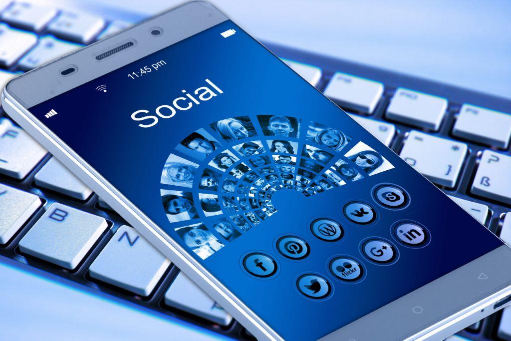 dieBasis - Social Media - Nutzung auf Smartphone