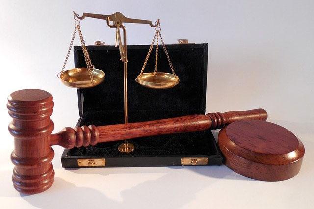 Juristische Symbole - Waage & Hammer