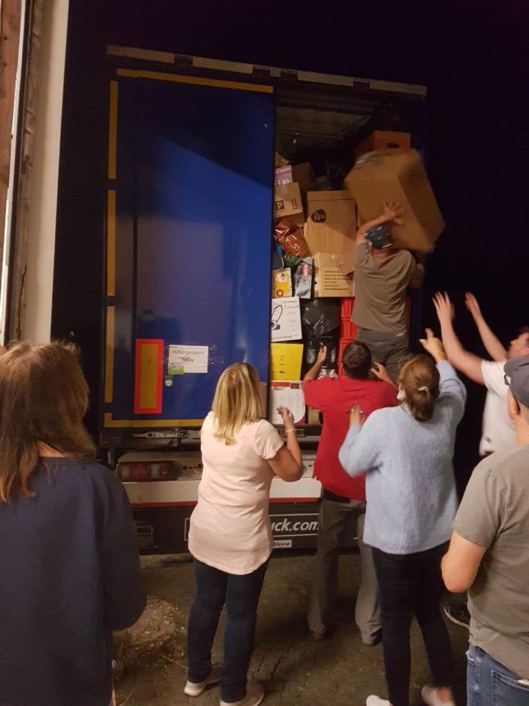dieBasis Helfer laden Hilfsgüter im Hochwassergebiet ab.